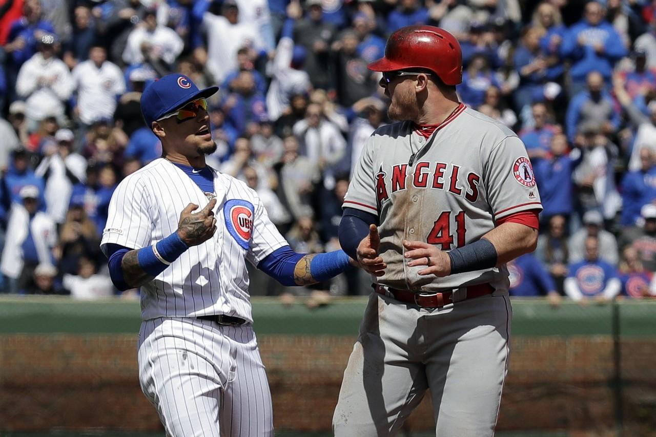 裁判給出安全上壘,跑者卻自認出局走退場,這情況發生在天使一壘手包爾(右)身上。 ...