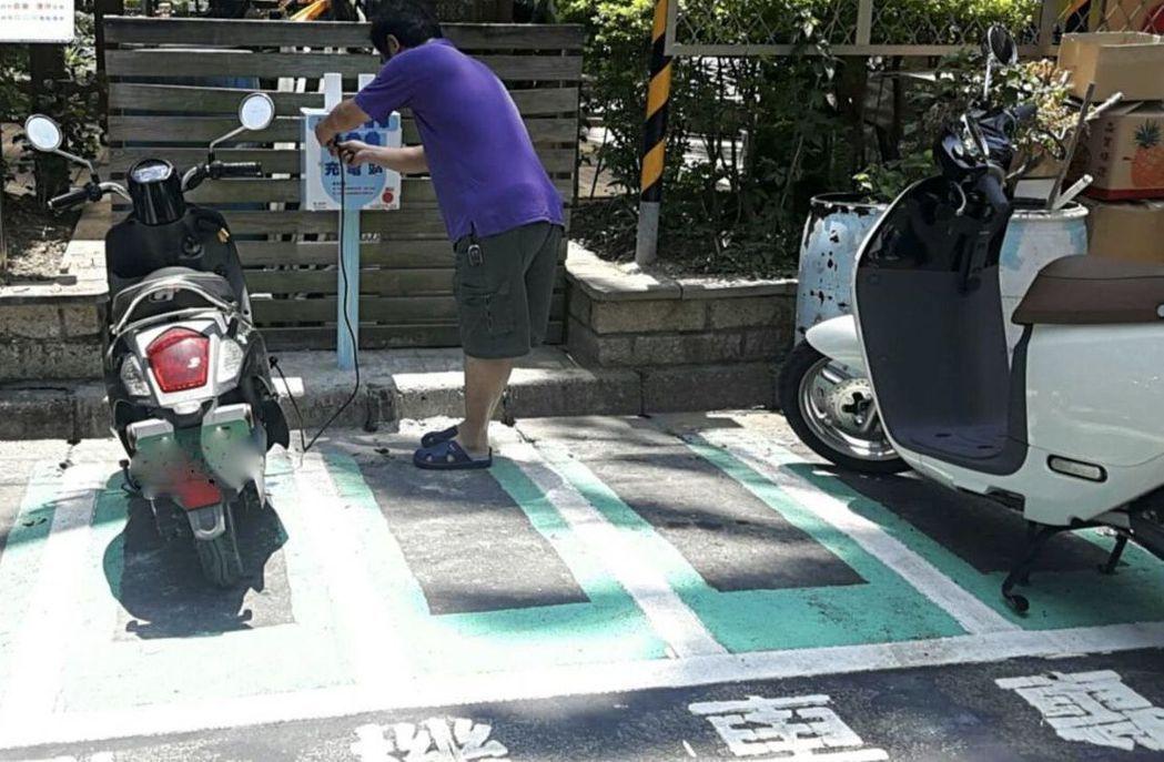 在新北市路邊停電動機車,當日免費。 圖/新北市交通局提供
