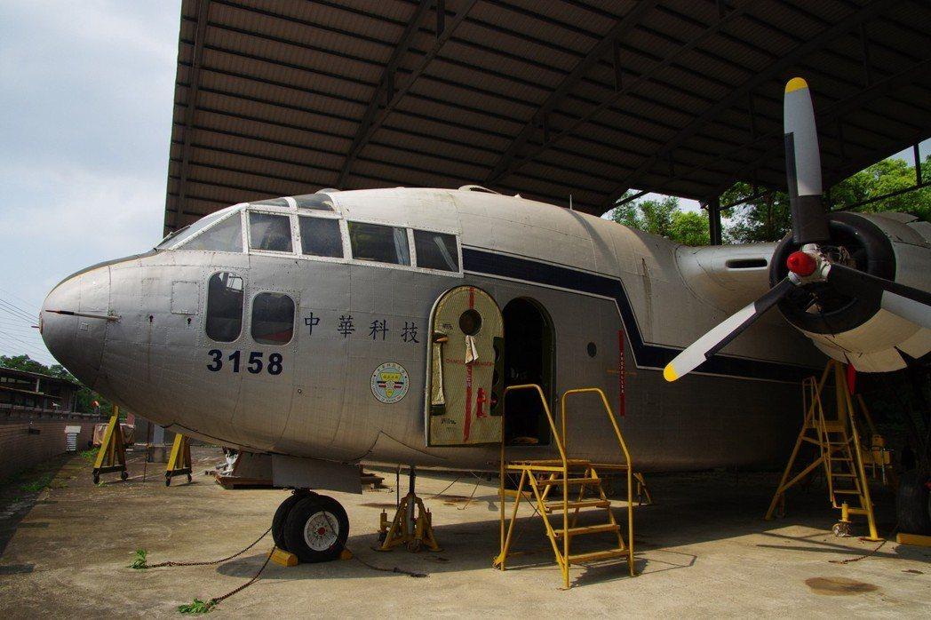 編號3158的C-119除役廿多年,如今引擎、起落架等機件,都還可以啟動。記者程...