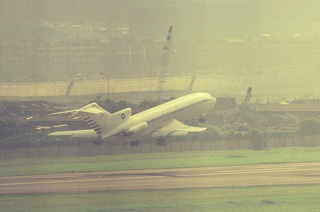 2723號波音727,1990年代在松山機場起飛。圖/傅鏡平提供