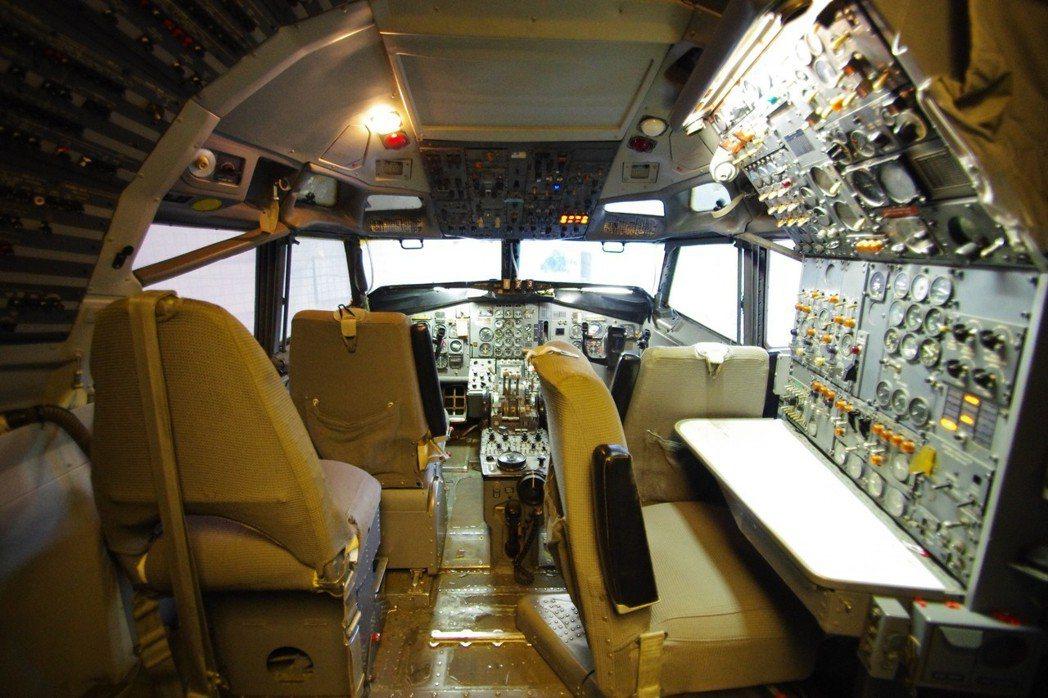 接上電源之後,727的駕駛艙「活」過來。記者程嘉文/攝影