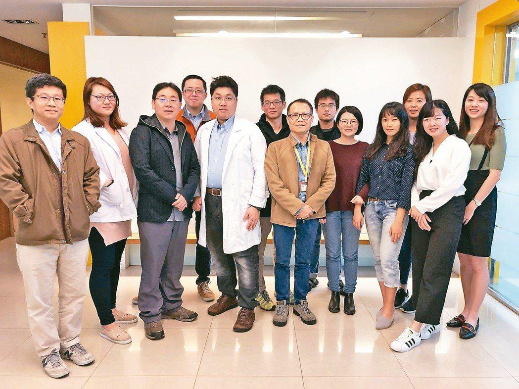 聿信醫療執行長許富舜(左五,穿白袍者)、技術長蔡富吉(左三)與公司團隊。 聿信/...