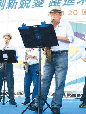 友達20周年運動會,董事長彭双浪,帶領主管演奏薩克斯風。 報系資料照