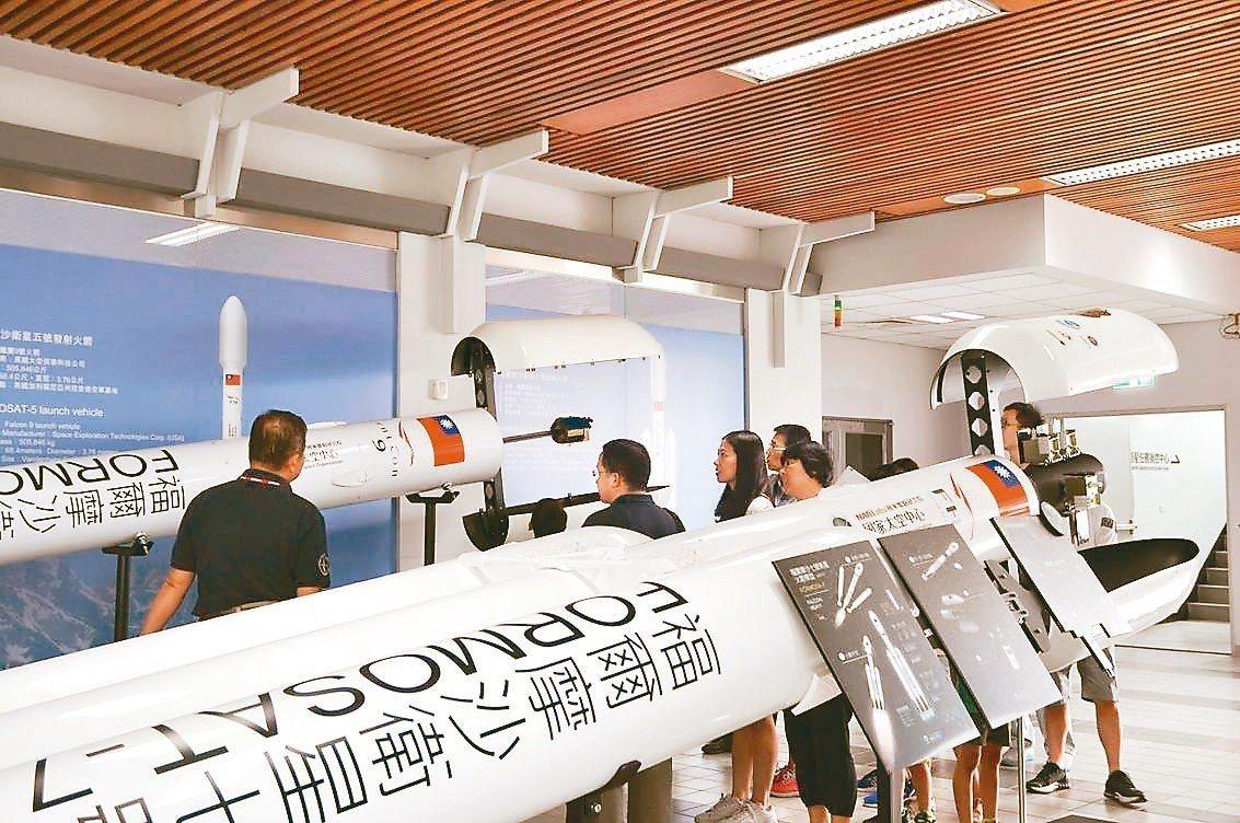 為了歡送福七,新竹國家太空中心今天上午舉辦歡送會,民眾可看到福衛七模型。 圖/擷...