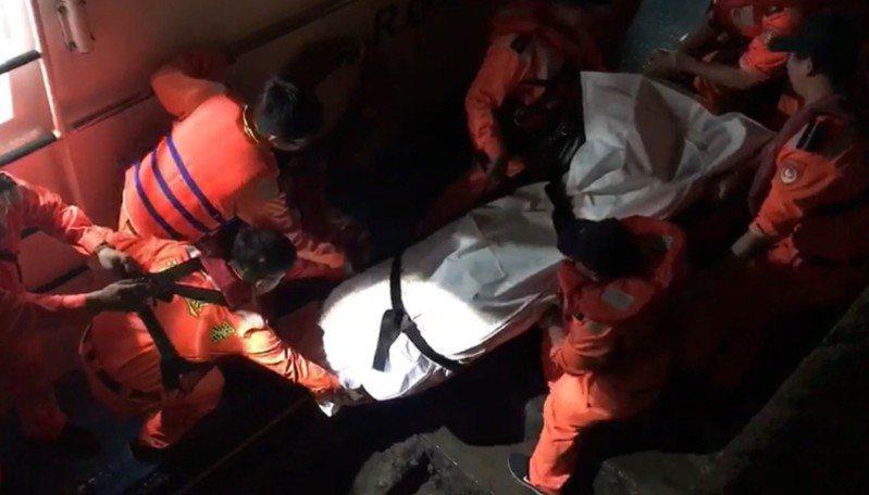 一艘舢舨13日下午被人發現於新竹新豐岸際翻覆,海巡人員搜救卻未發現船長身影,直到13日深夜,廖姓船長才被其他漁船於桃園永安外海發現,救起時已明顯死亡。 中央社(翻攝畫面)