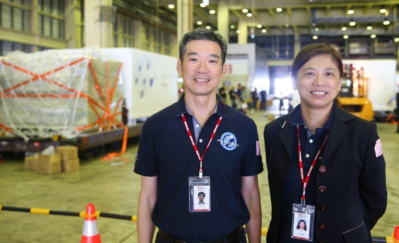 福衛七號計畫主持人朱崇惠(右)與福七電力系統和電機整測的負責人葉嘉靖(左)是福七...