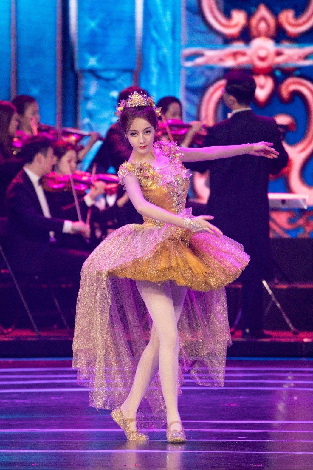 迪麗熱巴在北京國際電影節開幕式表演芭蕾舞。 圖/擷自迪麗熱巴工作室微博