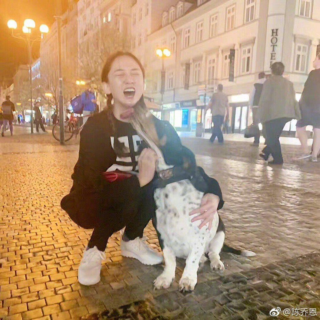 陳喬恩到布拉格旅行。 圖/擷自陳喬恩微博