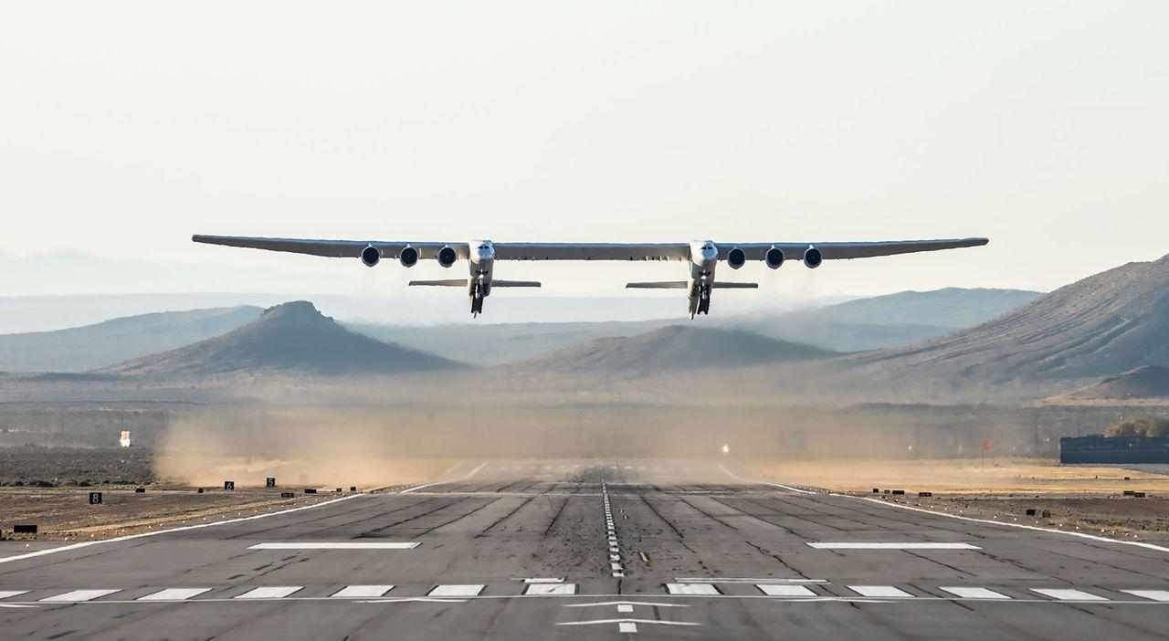 翼展117公尺的全球最大飛機13日成功完成處女航。法新社