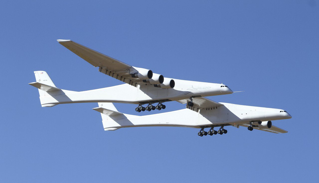 翼展117公尺的全球最大飛機13日成功完成處女航。美聯社