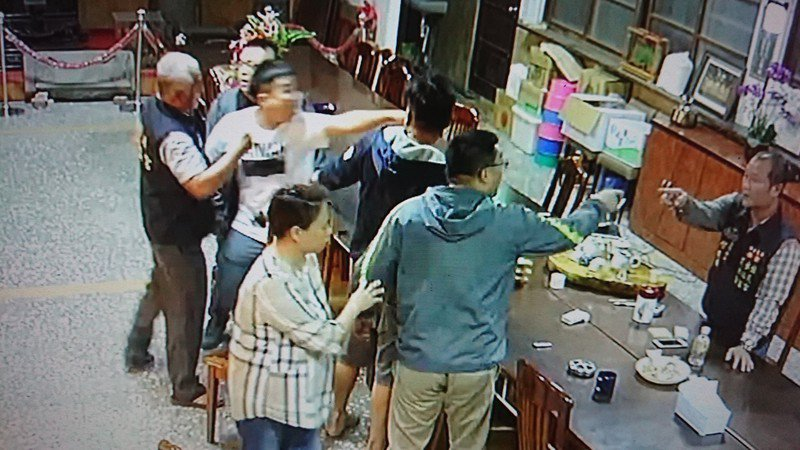許姓委員帶2個當警察的兒子進入廟內打人。記者卜敏正/翻攝