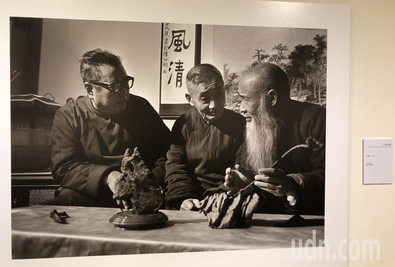 莊嚴(中)與好友臺靜農(左)、張大千(右),莊靈攝影。記者何定照/攝影