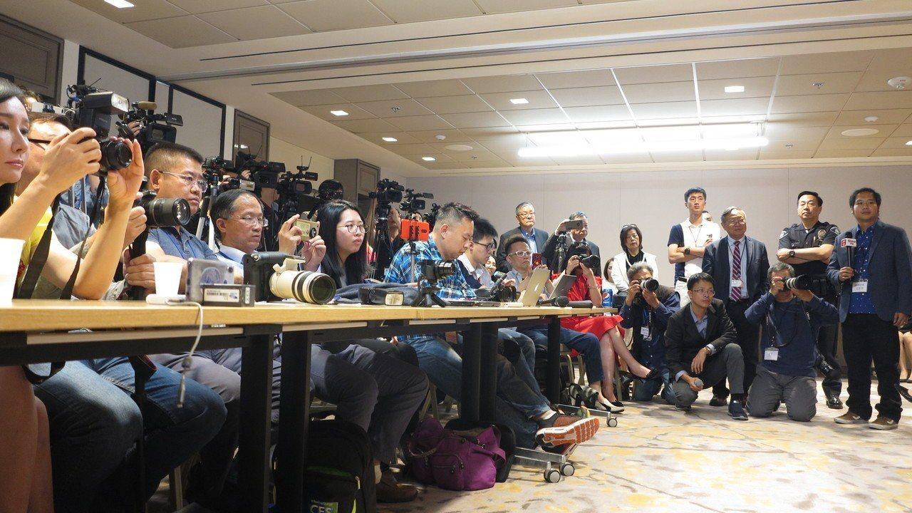 高雄市長韓國瑜美西時間13日下午在洛杉磯參加「圓桌招商座談會」,會後記者會擠滿大...