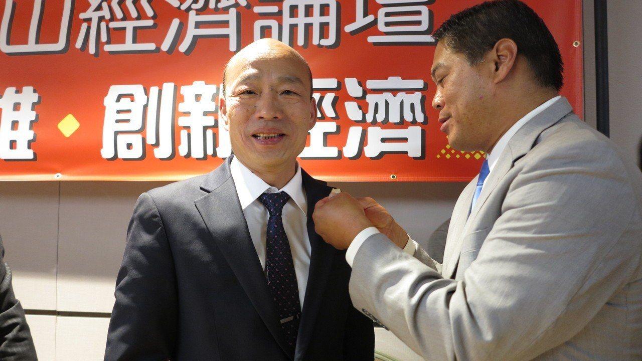 華裔聖蓋博市長卜君毅出席「圓桌招商座談會」會後記者會,送給韓國瑜一只市徽。記者王...
