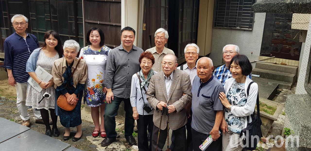 日人住吉弘光(前排右三)與家人返回台南老家,相當感動。記者修瑞瑩/攝影