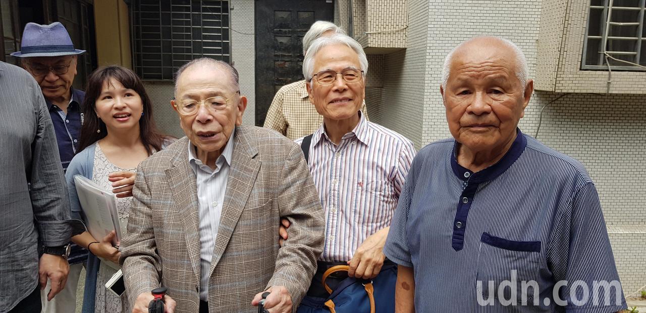 日人住吉弘光(右三)返回台南老家,相當感動。記者修瑞瑩/攝影