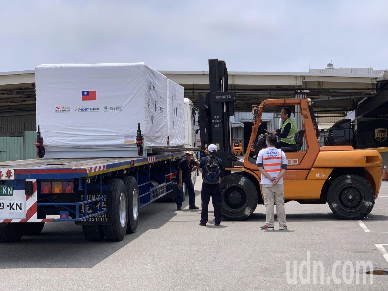 福衛7號衛星本體,14日中午運抵桃園機場華儲公司,由倉儲人員操作堆高機,小心翼翼...
