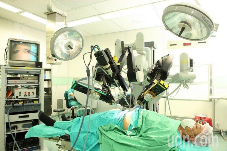 基層醫師認為,健保署對於達文西手術的給付規定不清不楚,給付規定也沒有與時俱進。本...