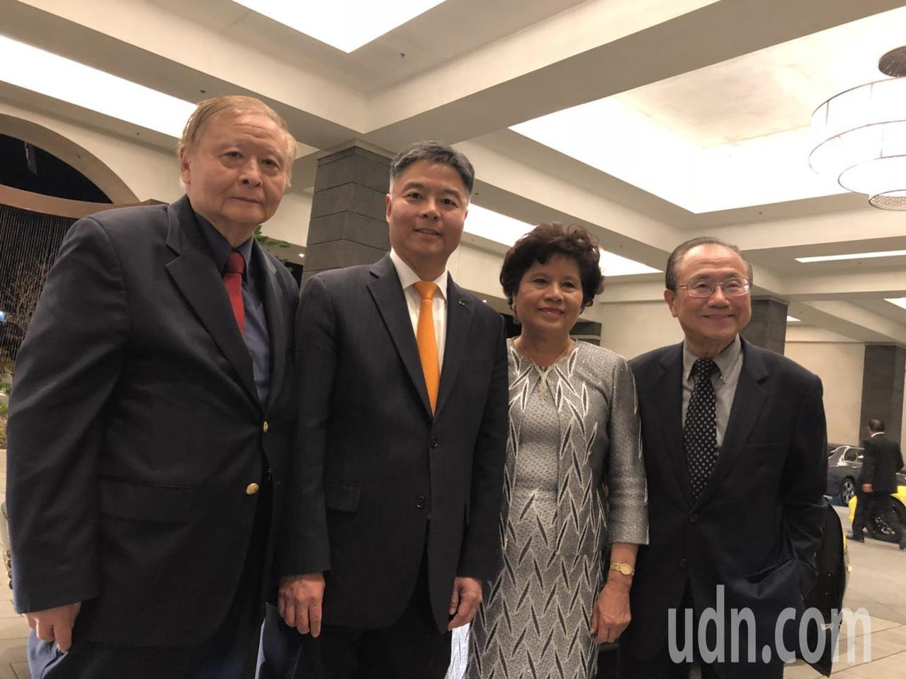 華裔聯邦眾議員劉雲平出席僑宴,劉出生在台北市,他父母也一塊出席僑宴,劉家父母都是...