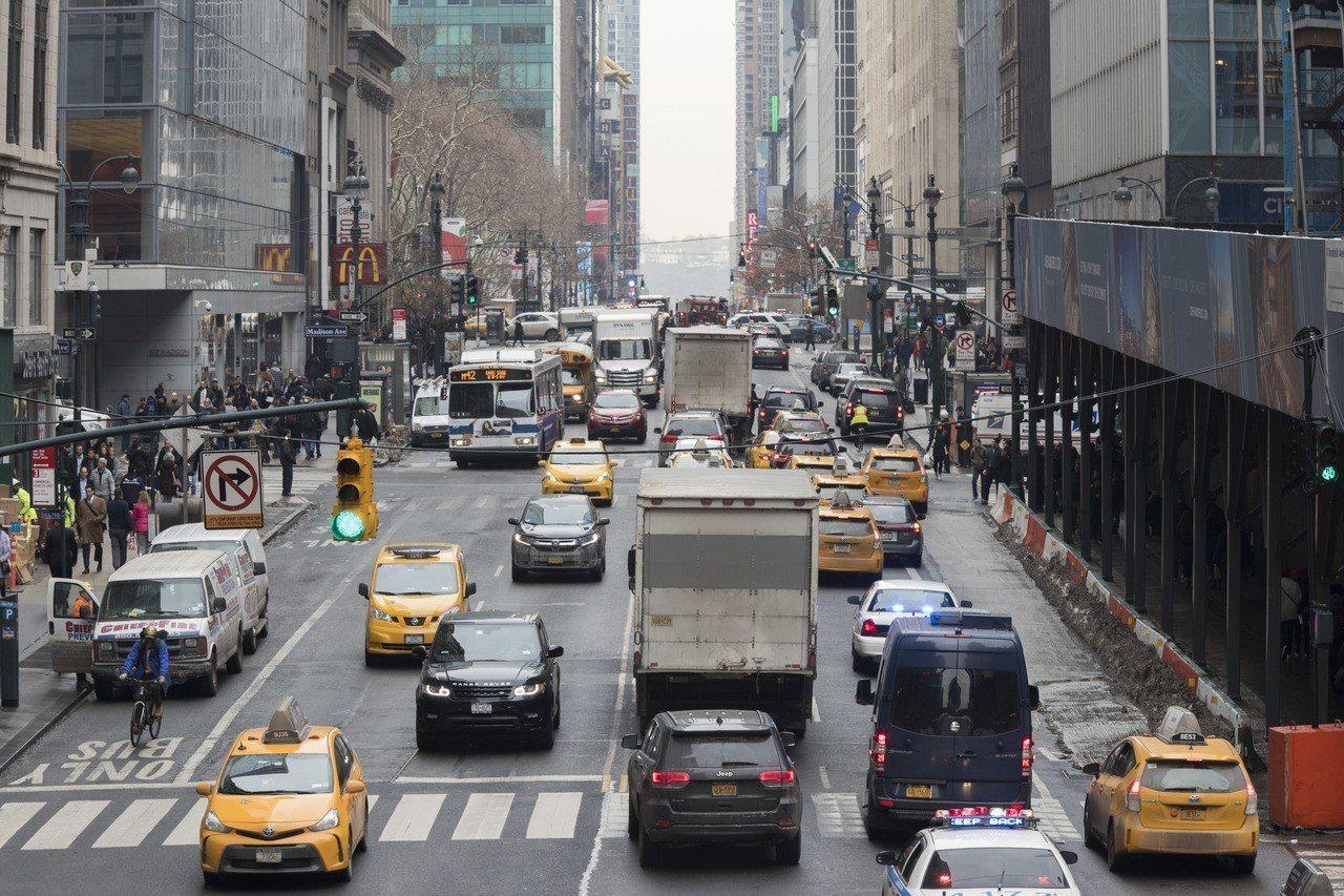 紐約時報13日報導,紐約人搭乘大眾運輸時逃票情況嚴重,22%的公車族和3.4%的...