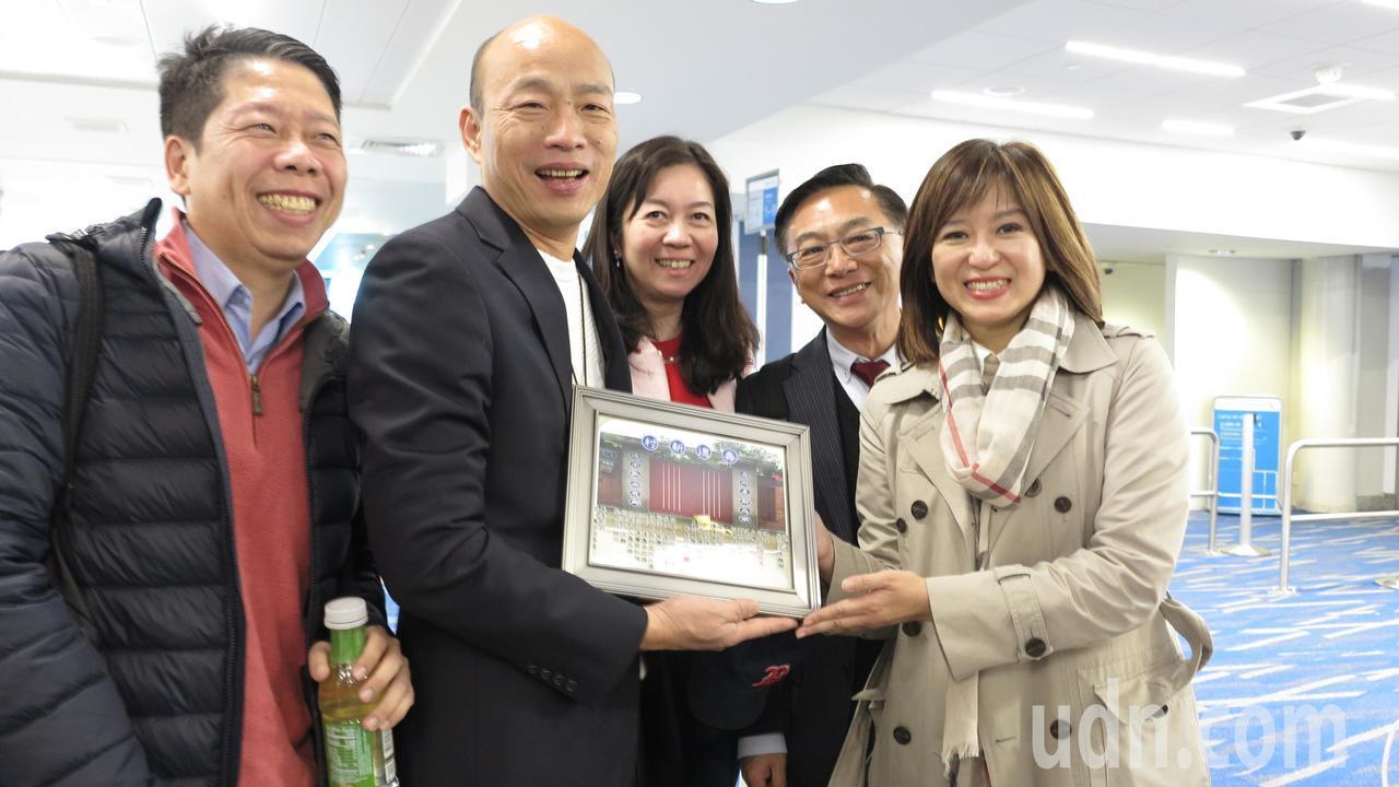 高雄市長韓國瑜(左二)率團訪問美國,隨行的高雄市議員黃紹庭(左一)曾在美國矽谷工...