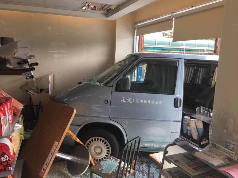 盧姓男子駕駛休旅車失控撞進台南市安平區健康路超商,還好沒有人受傷。記者黃宣翰/翻攝