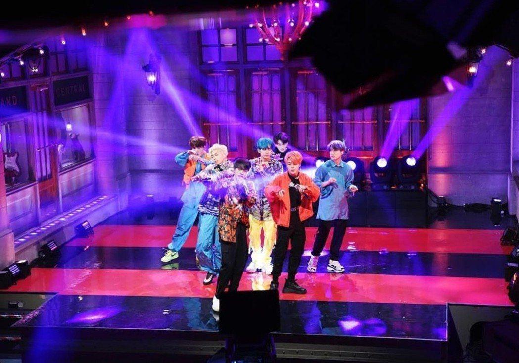 防彈少年團在SNL表演。圖/摘自IG