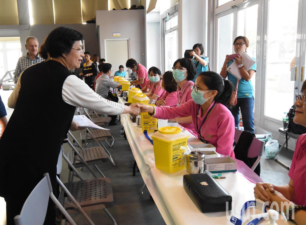 縣長王惠美(左1)一早到二林文化中心,向萬人健檢的工作人員致謝。記者何烱榮/攝影