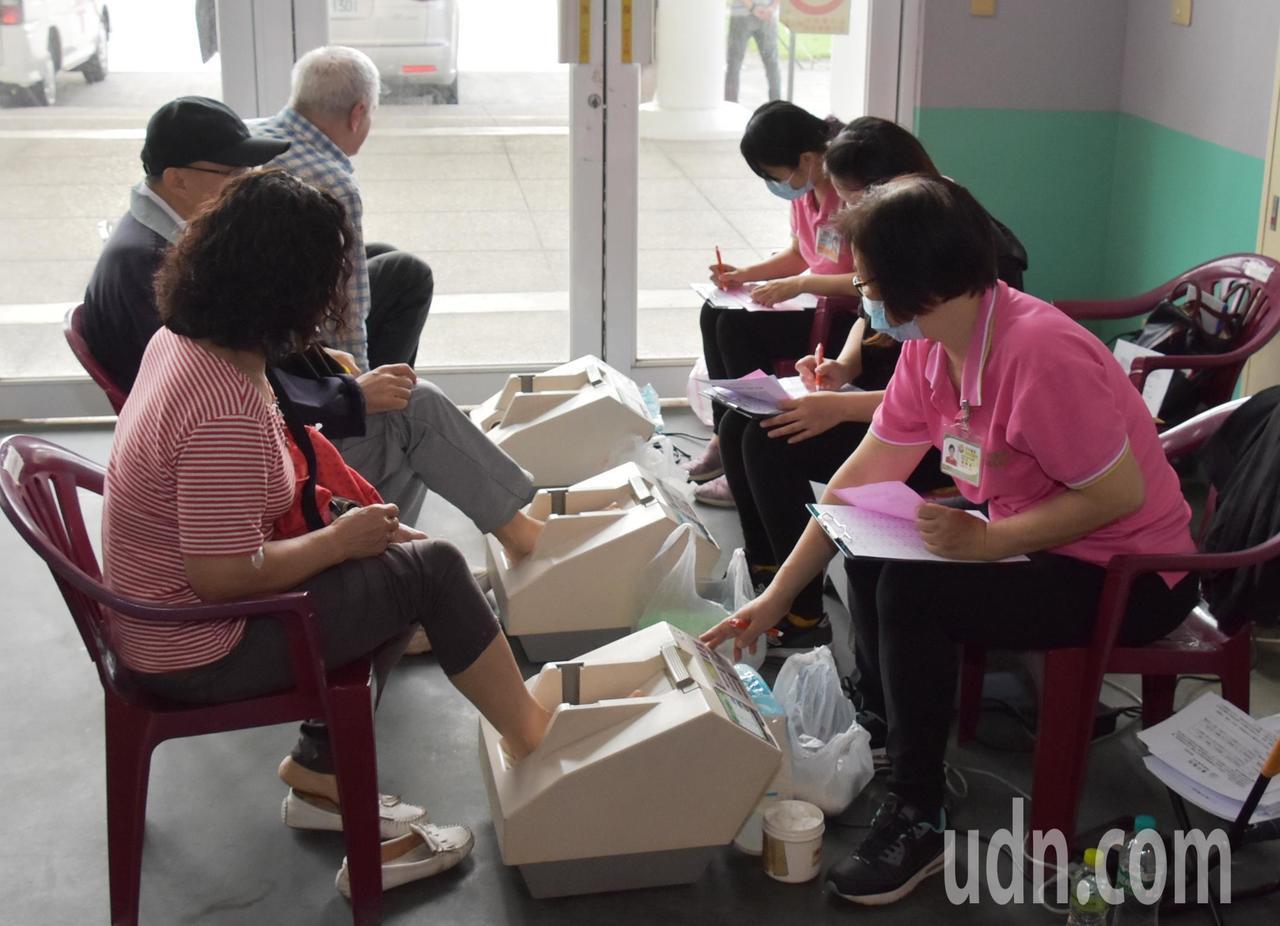 彰化縣今年第一場萬人健檢活動在二林文化中心廣場登場,因增加C肝篩檢吸引更多人參加...