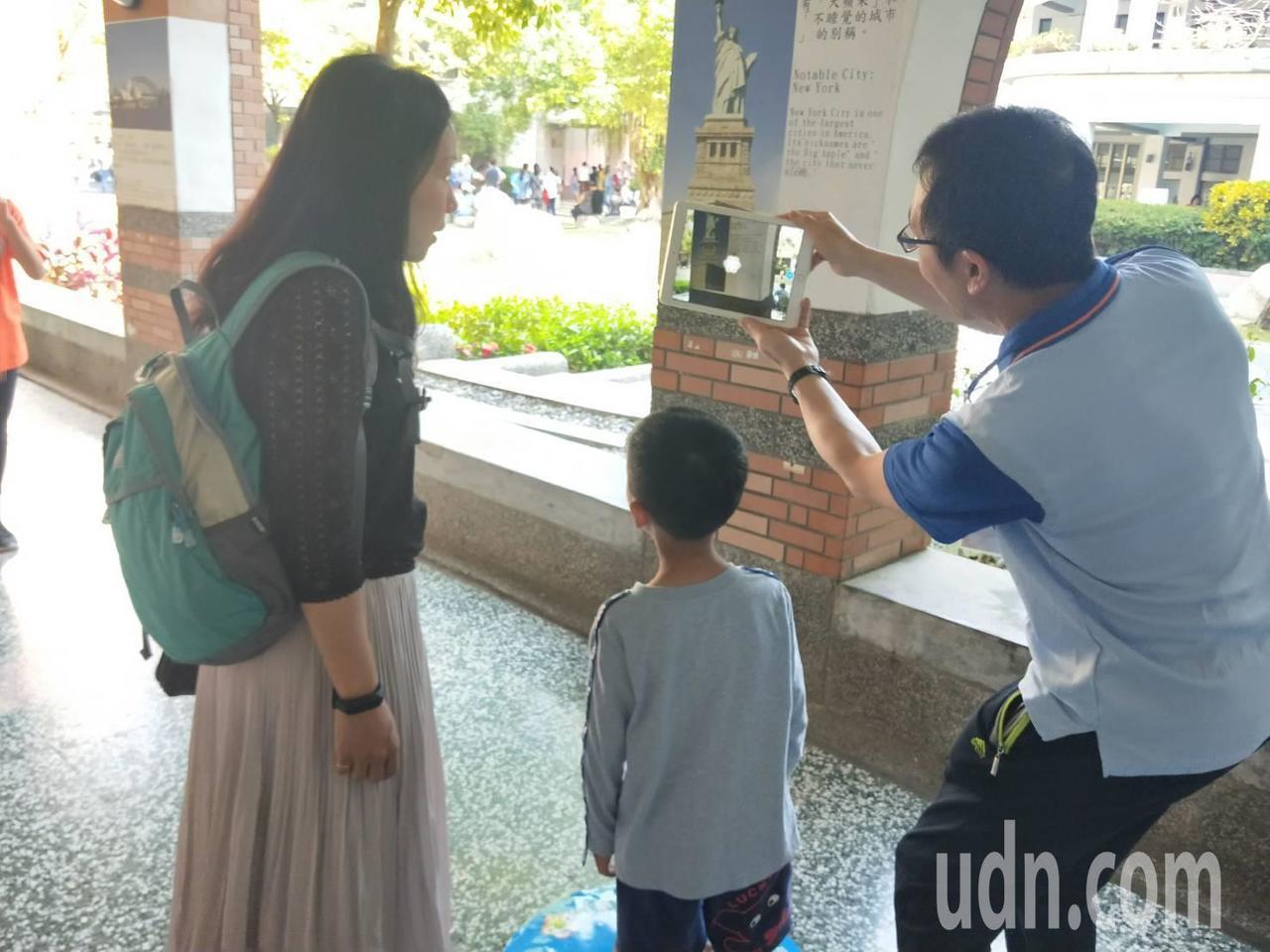 宜蘭縣新生國小在行政大樓一樓設置AP體驗區,讓現場參加的家長與小朋友利用載具體驗...