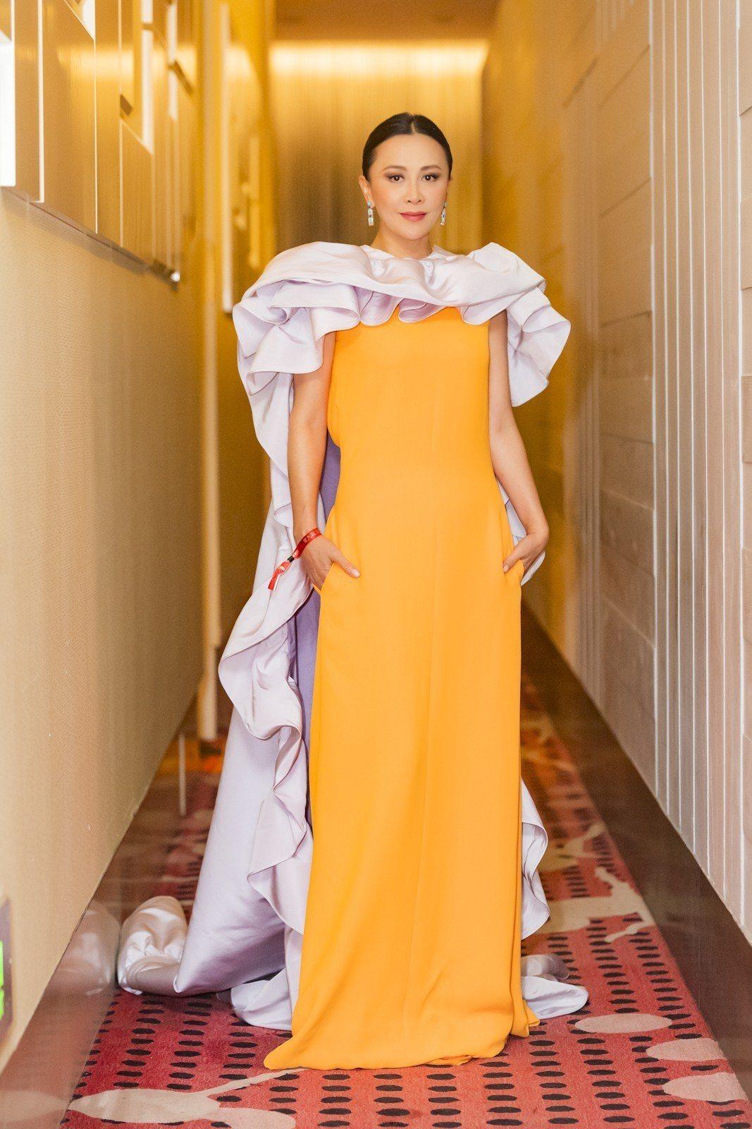 劉嘉玲選穿Valentino春夏高級訂製系列的橘色禮服,直身線條的禮服以鮮明的色...