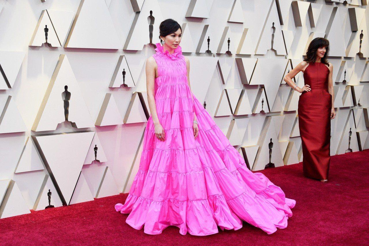 華裔女星Gemma Chan在奧斯卡紅毯上也曾以一身桃紅色的Valentino訂...