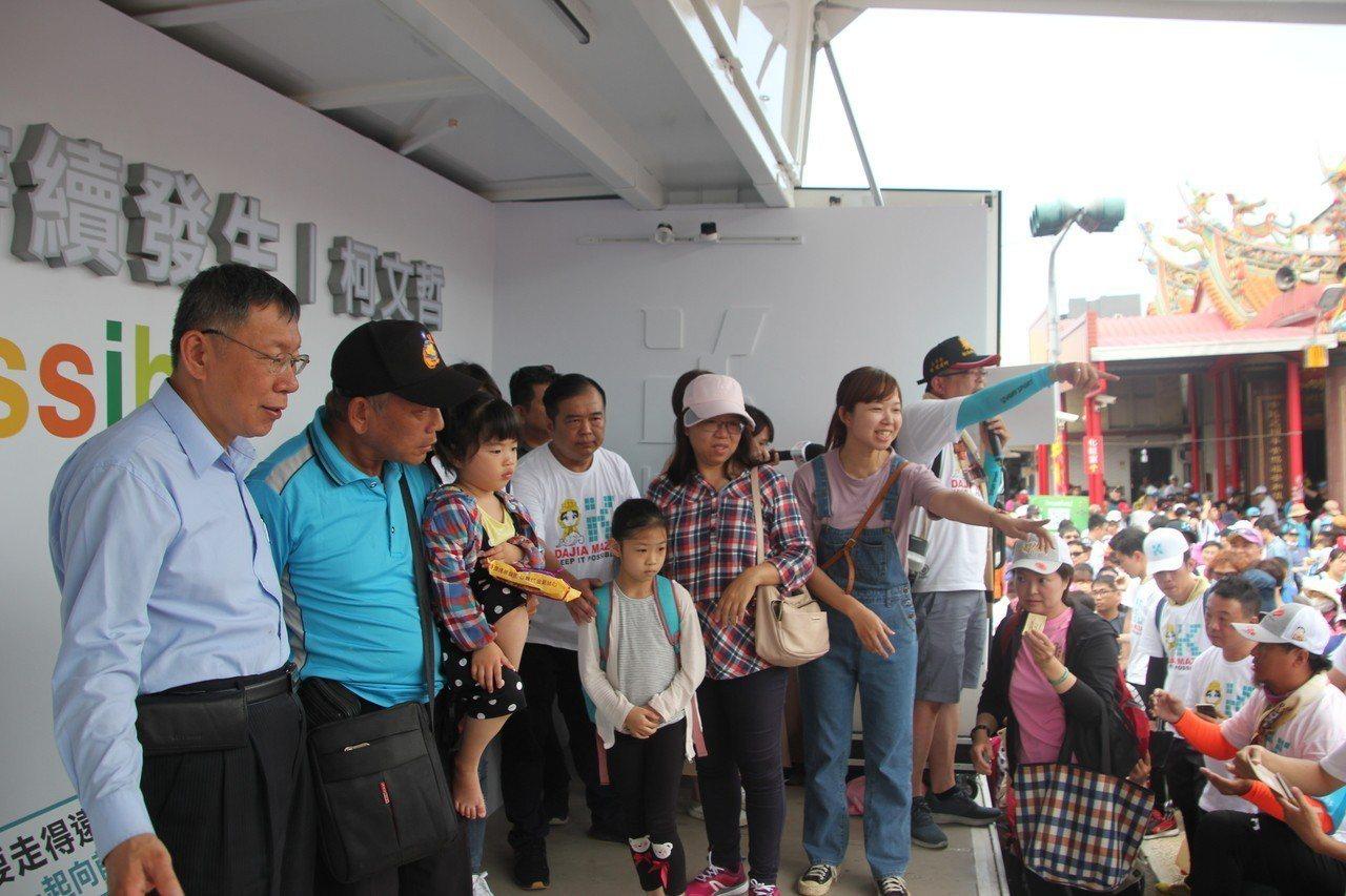 台北市長柯文哲今天的大甲媽還願之旅來到彰化花壇鄉的中庄福安宮,民眾大排長龍等著領...