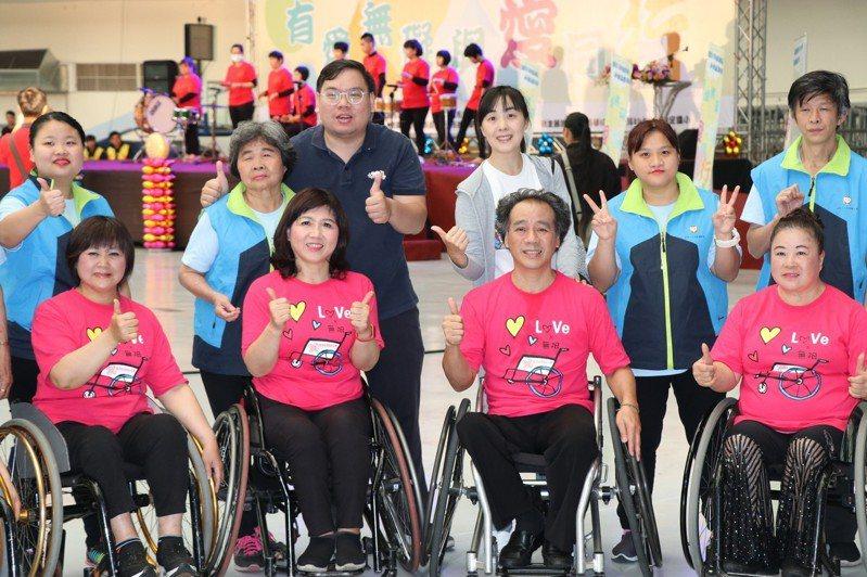 「任鵬飛輪舞蹈團」班長陳朝興(右前二)以身障者過來人身分來勉勵大家,即便有缺陷,只要勇敢面對、永不放棄,舞台都會等著你上去。記者林育瑩/攝影