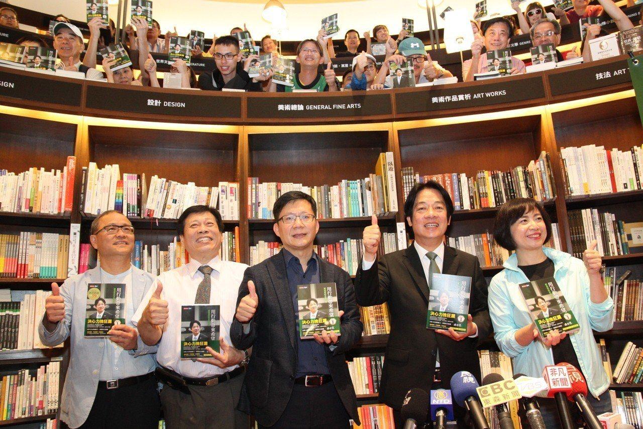 行政院前院長賴清德(右二)下午在台中市舉辦簽書會,台中市張廖萬堅(中)、何欣純(...