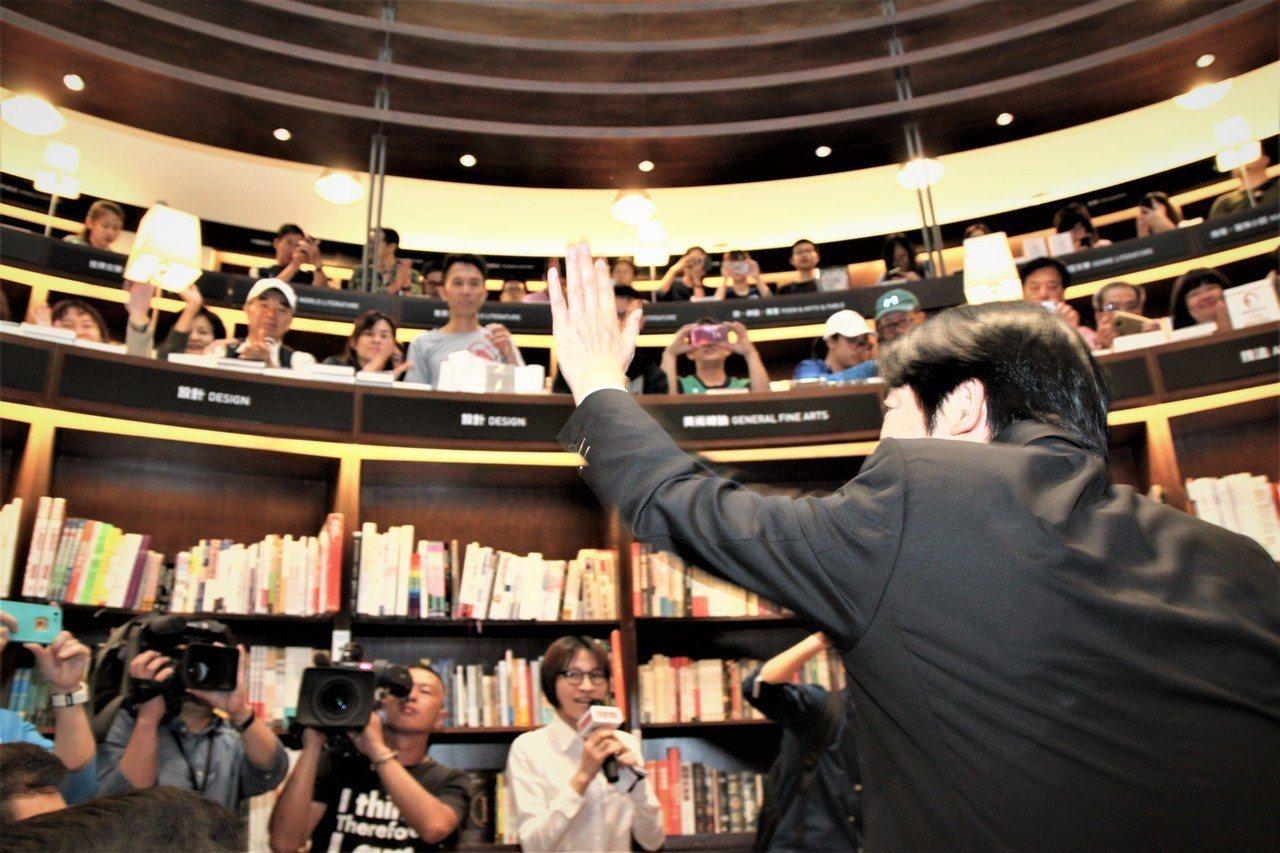 行政院前院長賴清德下午在台中市舉辦簽書會,受到粉絲熱烈歡迎。記者黃寅/攝影
