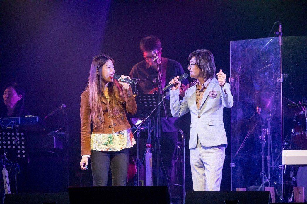 林隆璇(右)和李建復的女兒Sandra合唱。圖/青田音樂提供