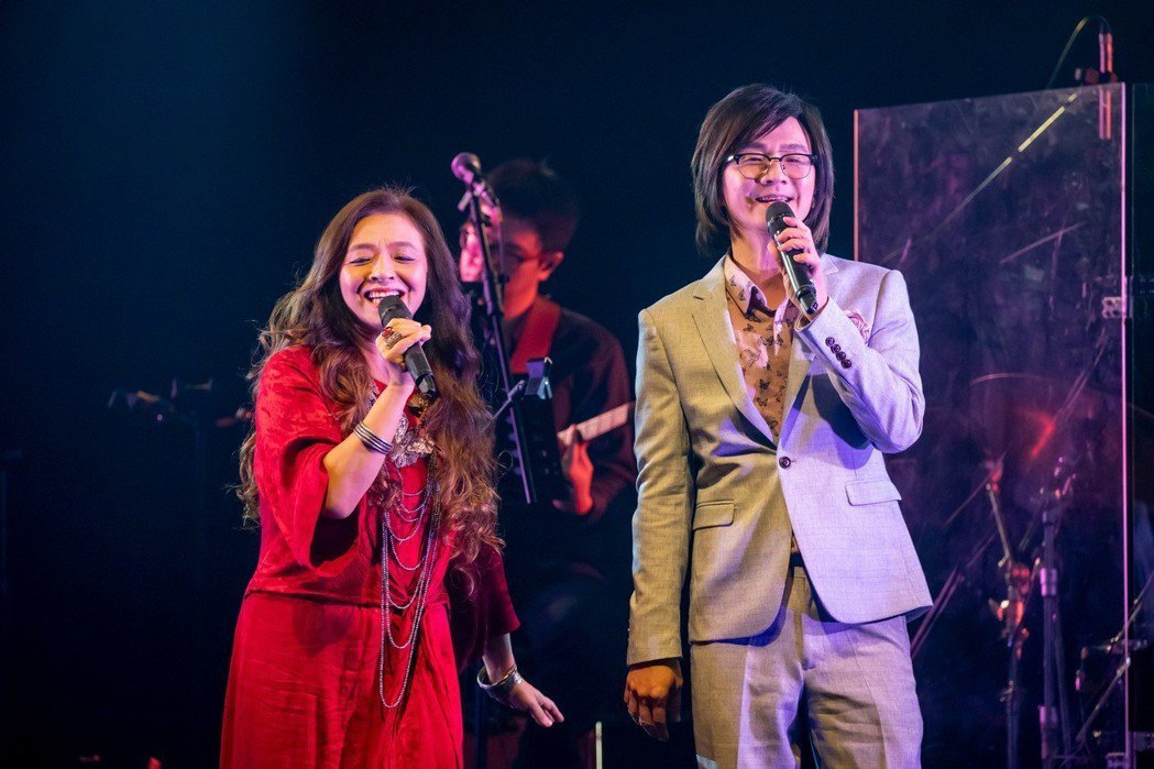 林隆璇(右)與好友許景淳合唱。圖/青田音樂提供