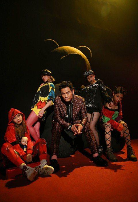 杜德偉去年抱回美國告示牌Billboard Icon Award,是首位獲得殊榮的華人歌手,也加緊腳步在年底數位發行新作「起來」,實體專輯原定1月上市,但他在推出前夕驚覺CD裝幀不夠精美,思考後緊急...