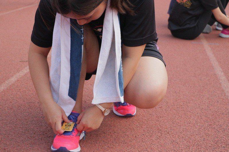 成大校園路跑今天舉辦,跑者鞋子上都繫著感應晶片。圖/成大提供