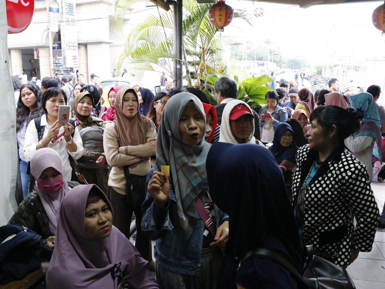 桃園後車站旁的延平路上1處投票所,雖即將截止,但仍有數百名印尼僑民仍然排隊等待,...