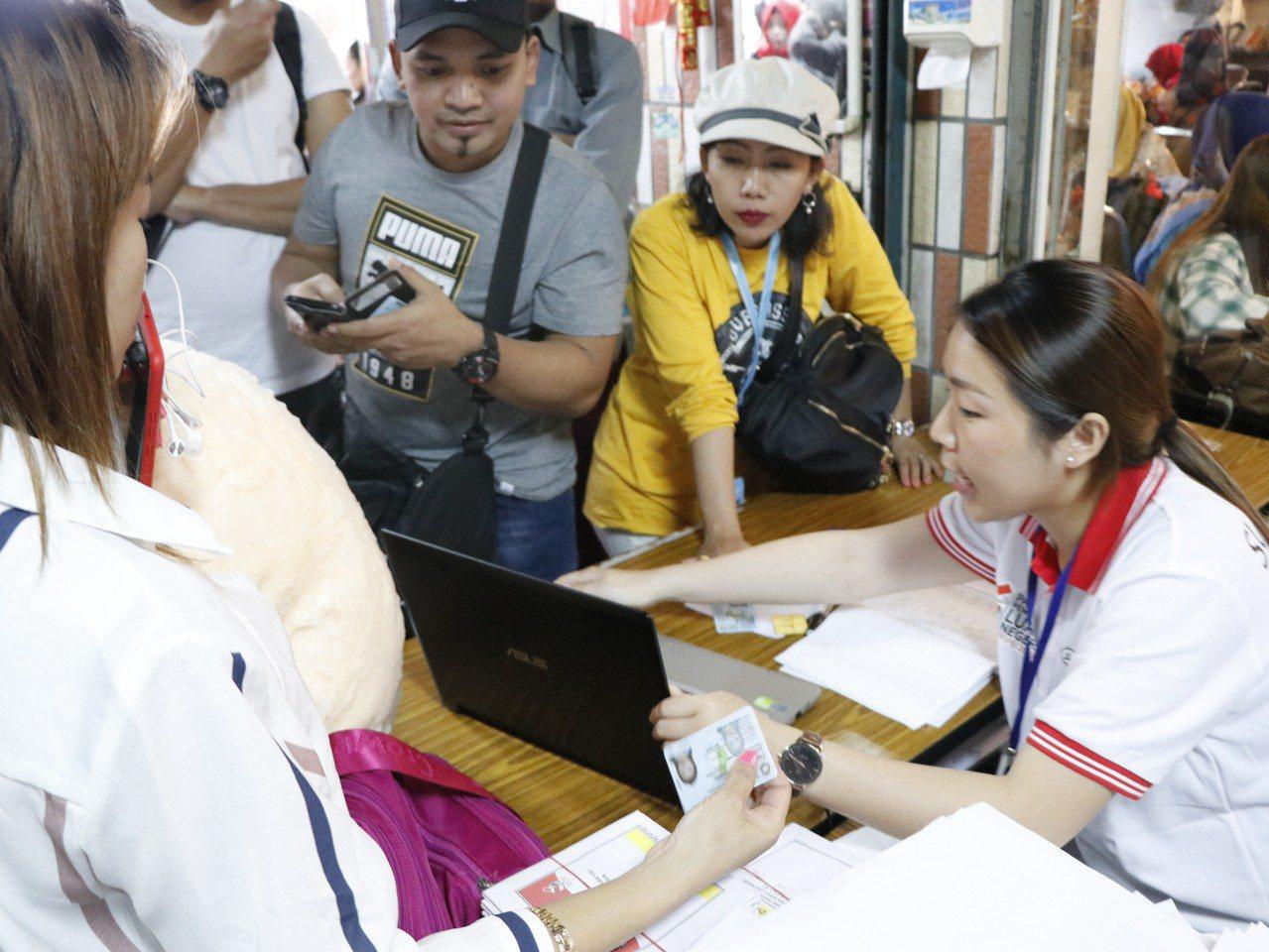 投票所的工作人員則是手忙腳亂地招呼大家依序排隊,但由於投票所空間狹小,動線不一,...