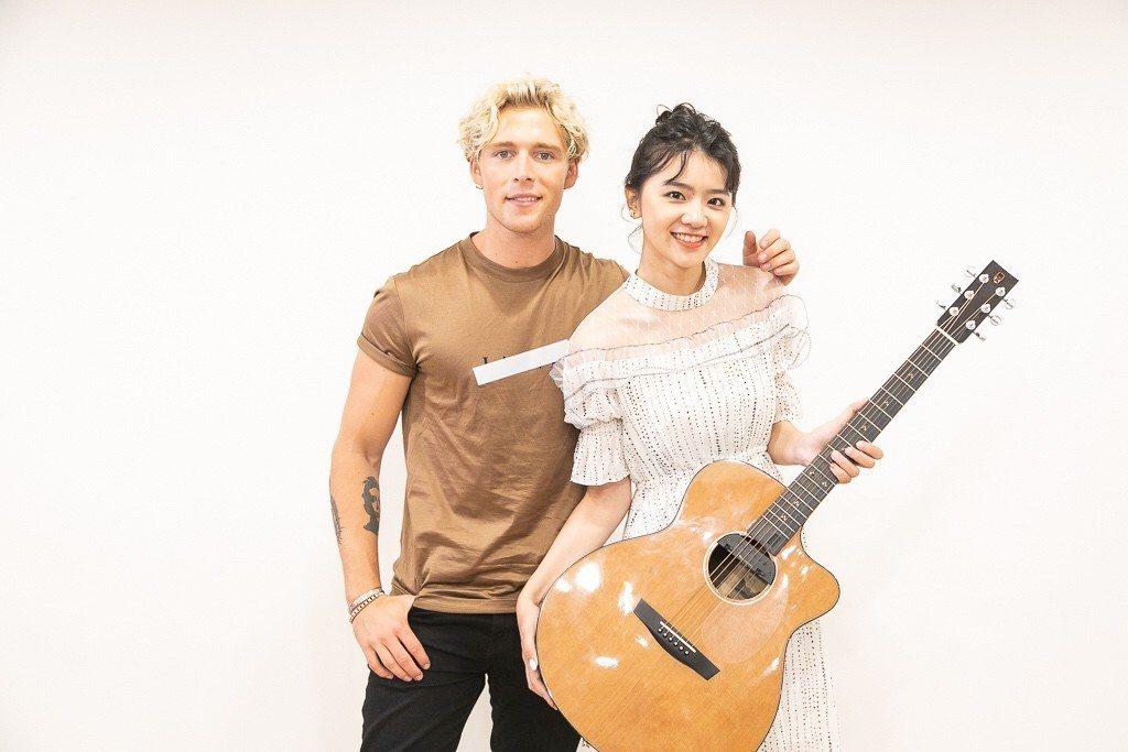 浪Live彈唱甜心鄭宇君(右)與丹麥歌手克里斯多福。圖/華納音樂提供