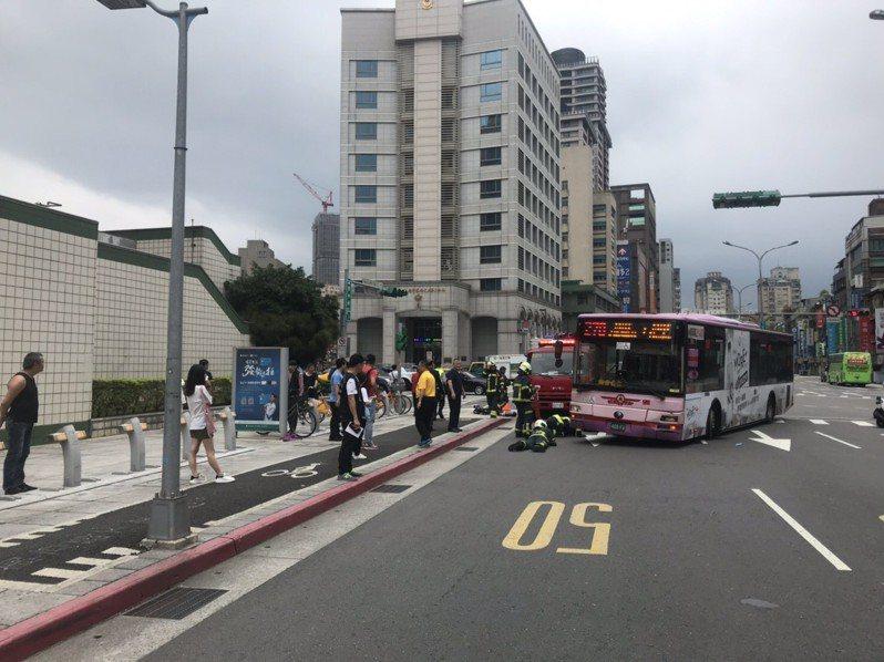 台北市公車又出現轉彎撞路人事件。記者廖炳棋/翻攝