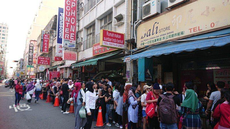 印尼總統大選14日提前在台灣舉行投票,高雄位於火車站附近的投票所下午4點多仍有3、4百人在排隊等投票,排隊人龍綿延1百多公尺。記者蔡容喬/攝影