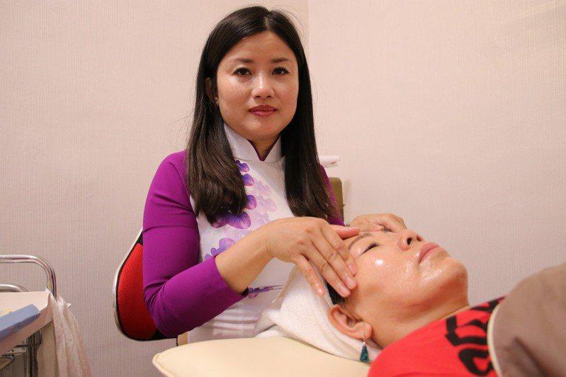 黃春香靠著雙手幫客人做臉美容,將所得的25%一點一滴存下來當作姊妹們的中文教學基金。記者廖炳棋/翻攝