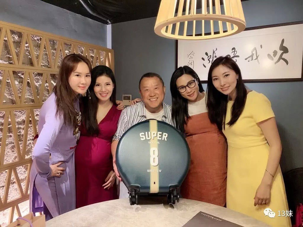 曾志偉提前與香港美女藝人慶生。圖/摘自微博