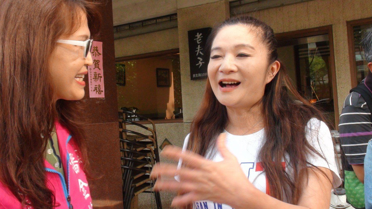 台北市議員應曉薇(右)今天在宣布要參選高雄市立法委員的潘金英(左)陪同下和高雄市...