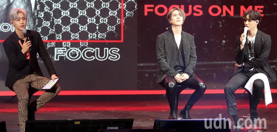 Jus2今晚在台北國際會議中心舉行台北showcase,由隊友Mark(左)充當...