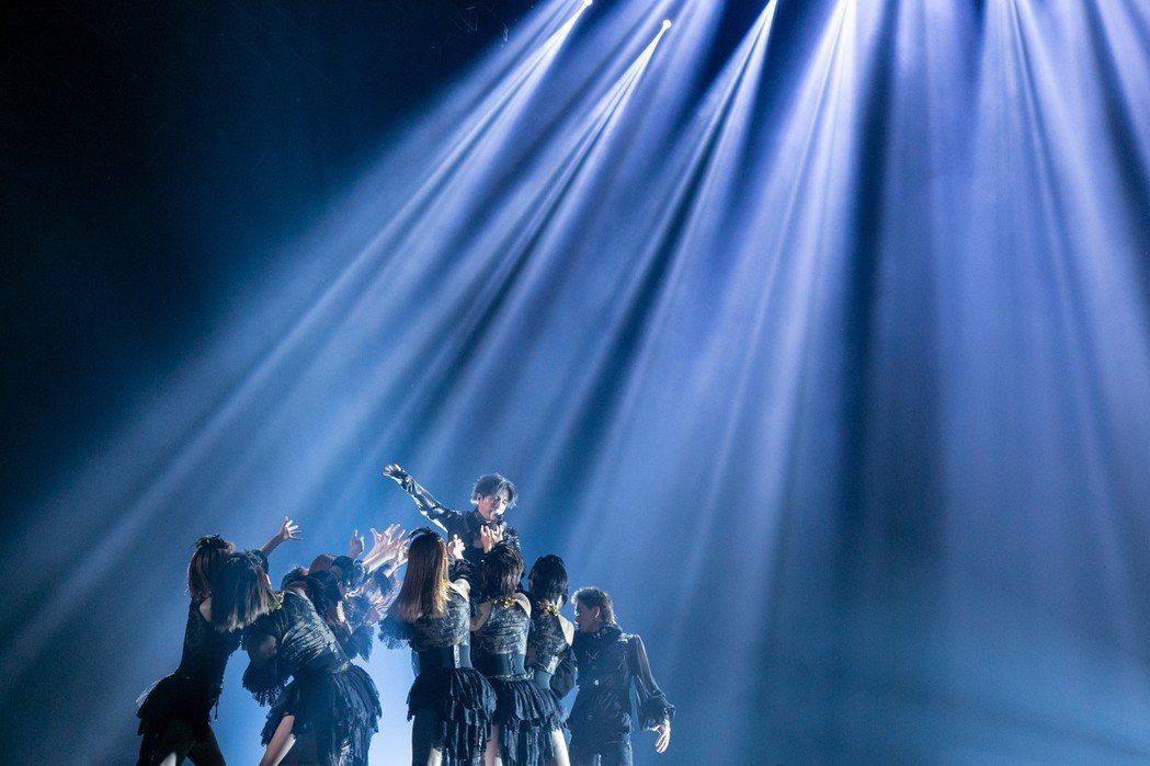 薛之謙(中)和多位舞者合作。圖/IME提供